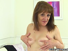 English gilf Pandora peels off tights and tastes her pussy
