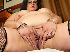 Big mature mommy feeding her fat pussy